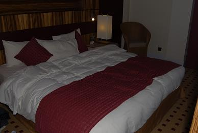 A picture of the huge huge bed.......