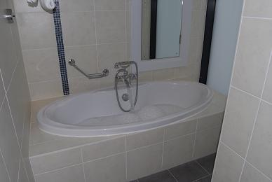 A picture of the very large bath.